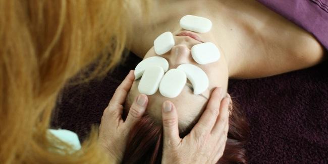 Tại sao đá lạnh massage lại được xem là « bí kíp » để spa thu hút và nuông chiều khách hàng hình ảnh 2