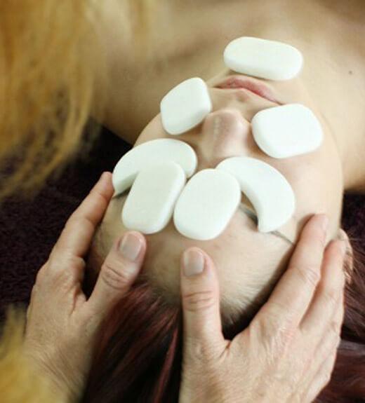 Đá lạnh massage mặt